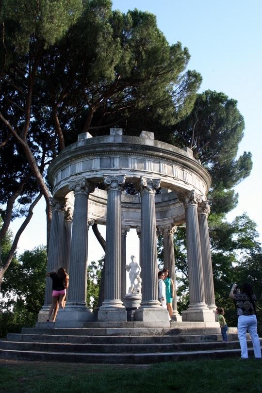 Capricho park statues