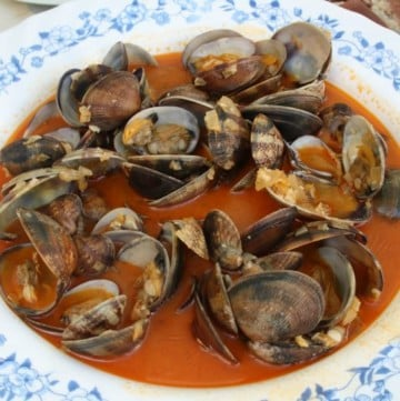 Healthy Spanish Recipes are packed with flavor like these Marinera style clams