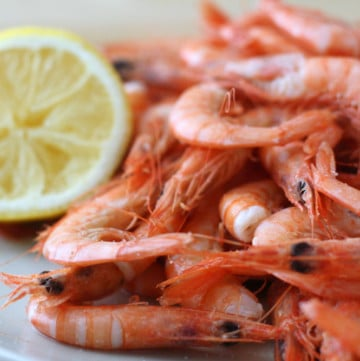 Heaping plate of boiled shrimp with lemon