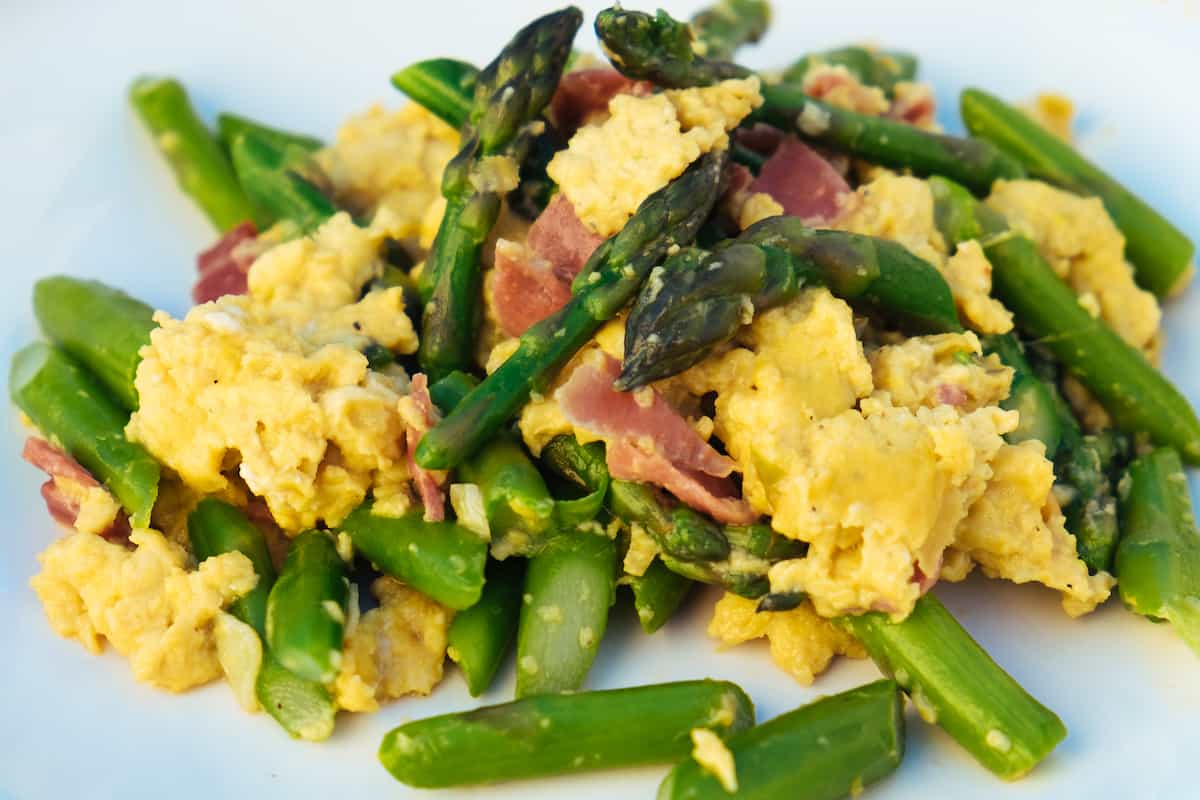 Scrambled eggs with asparagus and ham