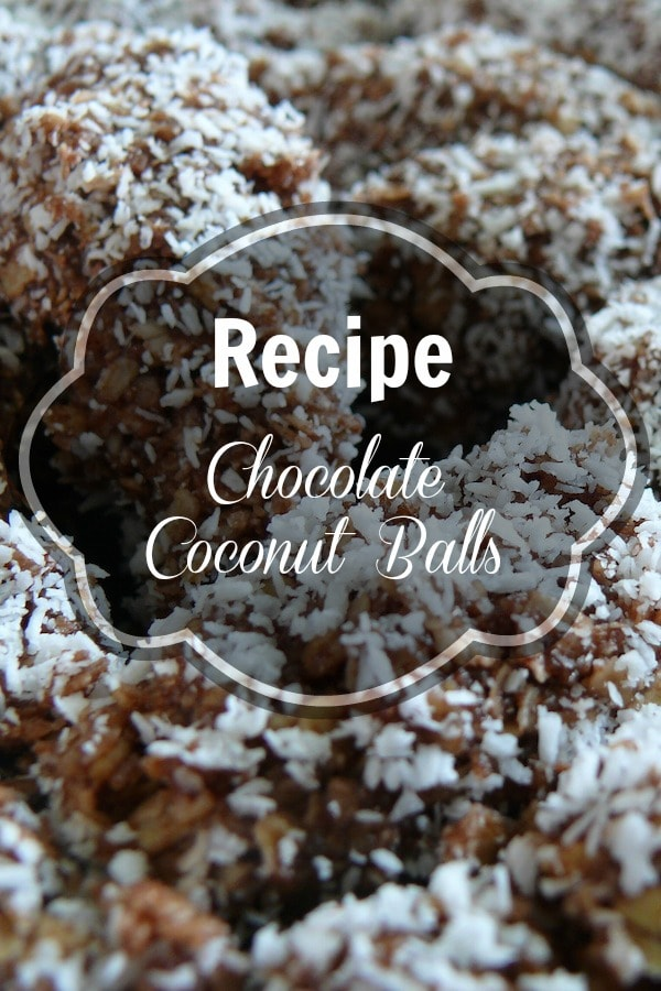 A great holiday Recipe: Chocolate Covered Coconut Balls. These treats are typical in Málaga and easy to make without the use of too many ingredients or an oven! Plus, they taste delicious!