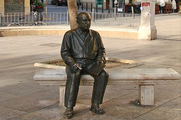 Meeting Picasso's statue is one of the fun things to do in Malaga for cruisers!