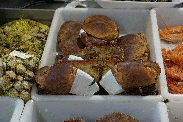 Looking for the tastiest and most typical foods in Santiago de Compostela? Let us guide you through the best market in Santiago, where you can find crabs like these!
