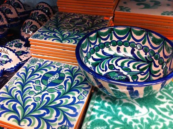 Blue, green and white fajalauza ceramics are a very versatile souvenir in Granada. You can use them in the kitchen or to decorate your home.