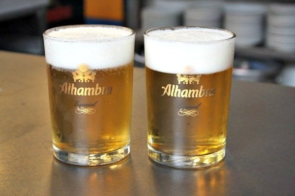 Enjoy a refreshing beer when you go to a language exchange to practice your Spanish, one of the most educational things to do in Granada for free!