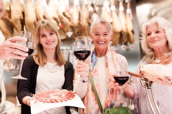 Looking for one of the best wine tastings in Valencia? We recommend our Hidden Ruzafa Wine & Tapas Tour for a unique, unforgettable experience!
