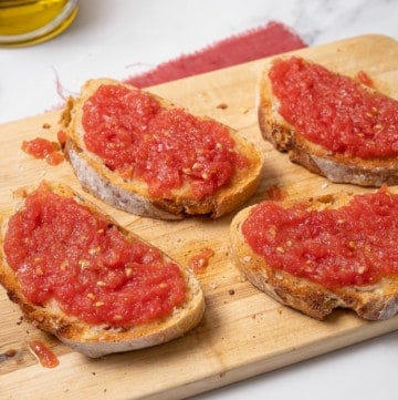 Pan con tomate on a wooden board