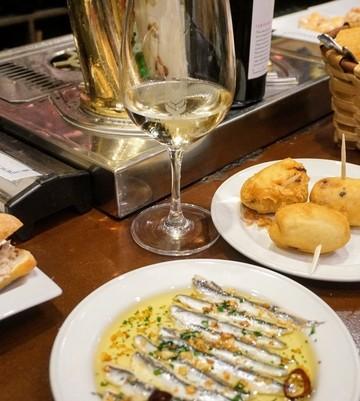 self guided tapas tour San Sebastian - anchovies, croquettes and wine at La Espiga