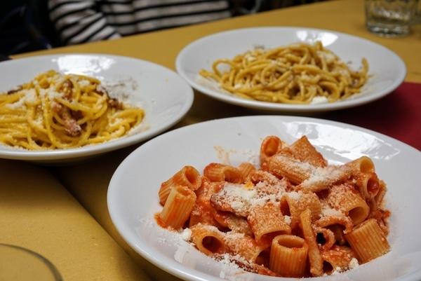 Trois plats de pâtes romains essentiels: Cacio e Pepe, Carbonara et Amatriciana.